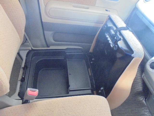 助手席座席下に収納スペース有ります。