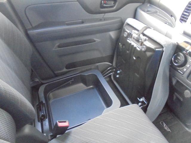 助手席座席下に収納スペースあります。