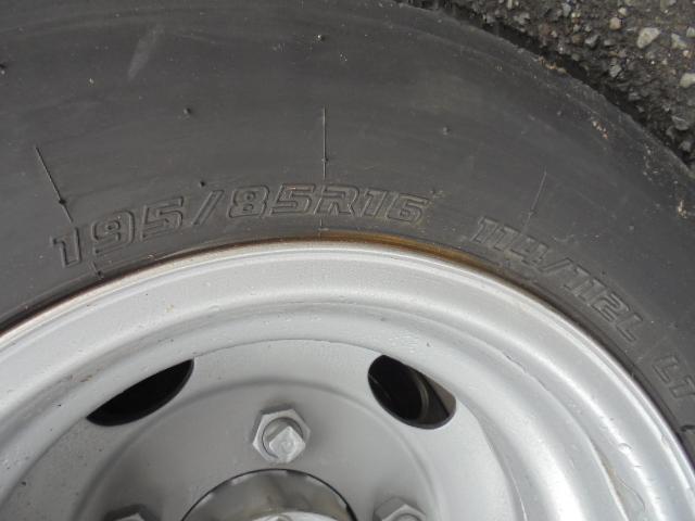 タイヤ 195/85R16 114/112L LT 前輪5分山×2 後輪4本は交換を要します。