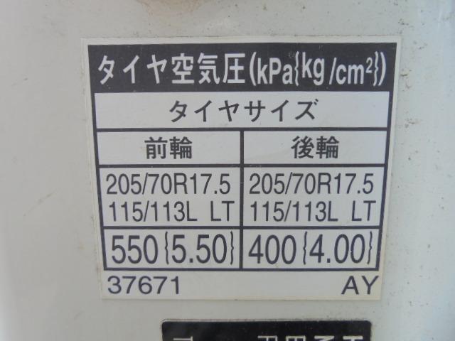 タイヤ 205/70R17.5 115/113L LT 前輪7分山 後輪4本は交換を要します。