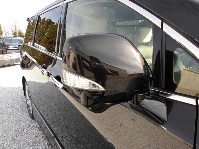 左右に大きめのサイドミラーとウインカーが付いており、歩行者の方も確認しやすいデザインです。