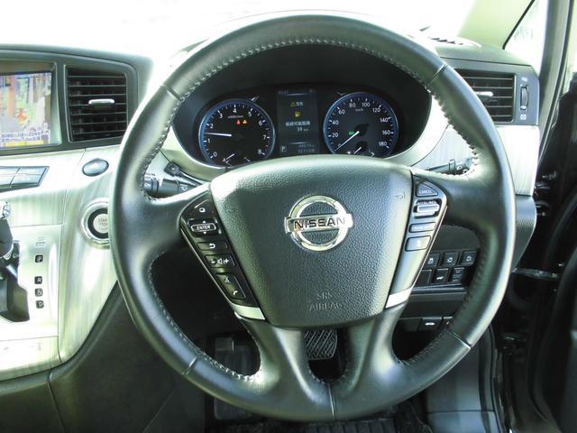 ハンドルにクルーズコントロールボタンもあります。メーターは運転手から見やすい位置にあり、ガソリンの残量や速度等を確認しやすいです。