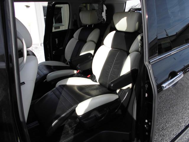 セカンドシートにもオットマンが装備され、キャプテンシート仕様。快適なロングドライブを大人二人でも十分感じることが出来ます。大事な方々の送迎も最適な空間を演出します。