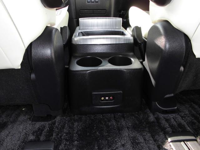 運転席と助手席の間にある大型コンソールは後方ドリンクホルダーにもなります。