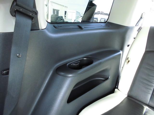 サードシート左右にはドリンクホルダーと小物入れがあります。