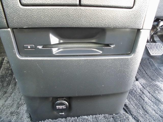 運転席前面に様々な便利装備があります、使いやすく、邪魔にならないよう配慮されています。