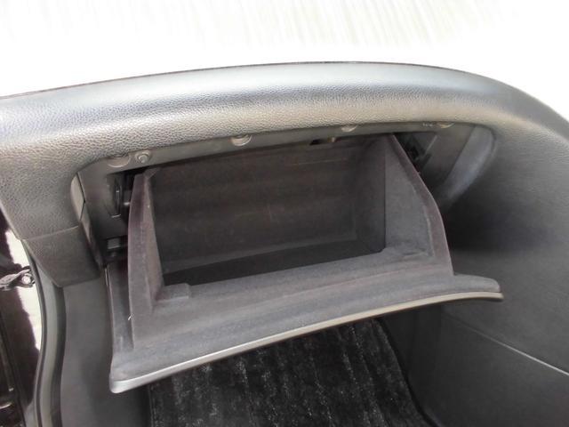 車検証やよくお使いになる物を入れるボックスも深めで扱いやすいです。