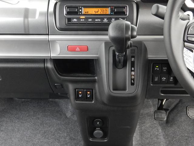 温度設定だけで室内快適♪簡単操作のオートエアコン操作パネルと場所を取らないインパネ式のシフトレバー♪下には運転席・助手席のシートヒータースイッチとUSBポートが付いています♪
