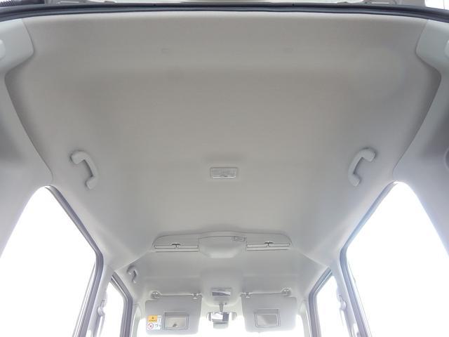 【天井部】天井も綺麗です♪サンバイザーには運転席・助手席側共にバニティミラーが付いています♪天井にはエアコンの風を撹拌して冷暖房効率を高めるスリムサーキュレーターが付いています♪