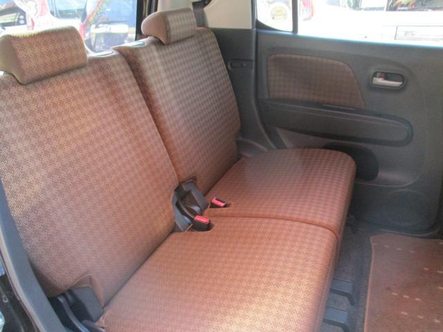 後部座席も前後にスライドして分割式ですので何かと便利です!!