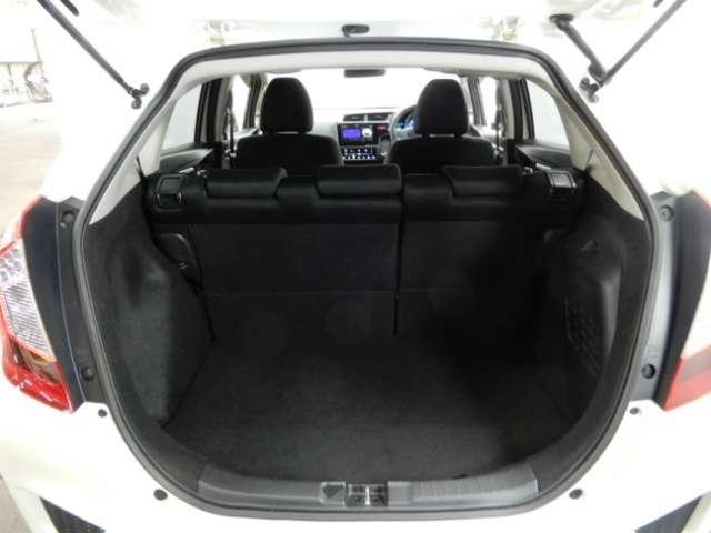 荷室は広いだけでなく、開口部が大きく低いので、荷物の積み降ろしもスムーズ!