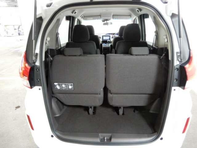 三列シート、6人乗り、用途に合わせてシートをアレンジできます。