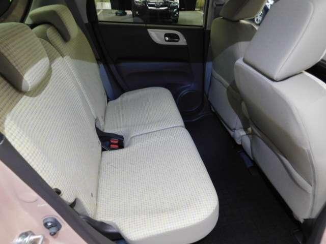 後席も余裕の広さ!! ゆったりくつろげます。長距離ドライブも快適です。