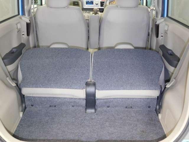 後席シートを倒して、大容量の荷物を積めます。