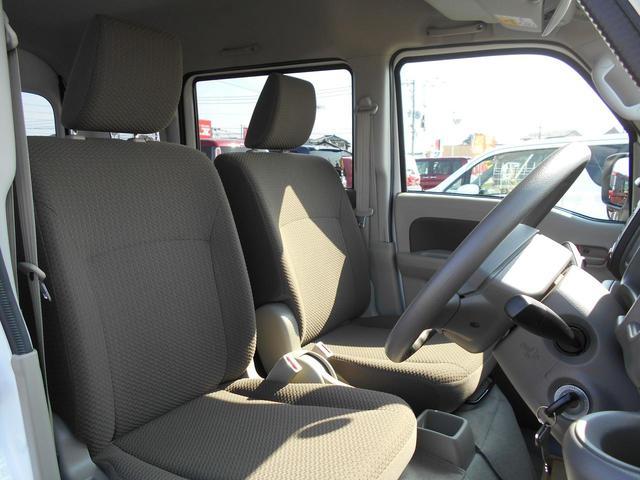 シンプルな運転席、運転は軽いハンドル回しで軽快なドライブを楽しめます!