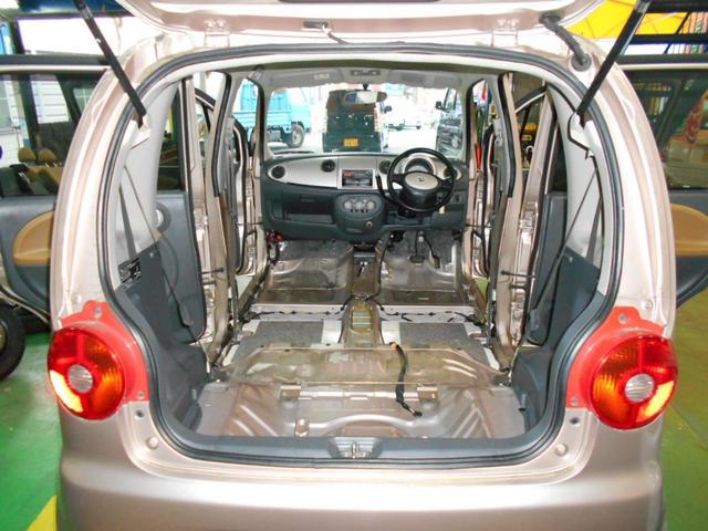 車内は業務用のクリーニング機械で、ジュータンとシートも一度外して徹底的に隅から隅まで、清掃・抗菌クリーニングを徹底的にして仕上げております、車内は安全でとても綺麗です