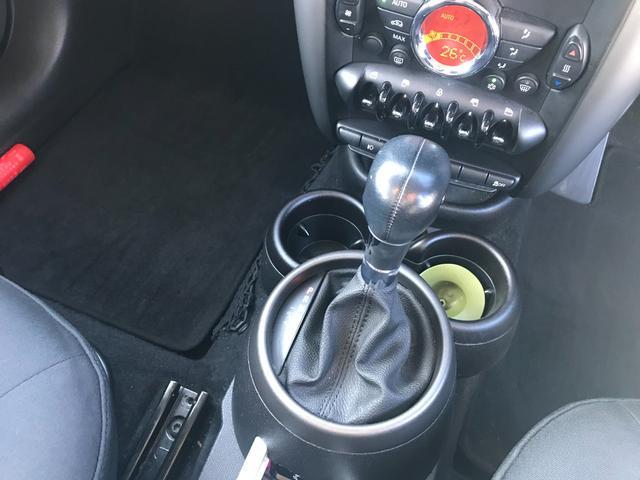 クーパー クロスオーバー 車検令和4年9月 エンジンプッシュスタート スマートキー CDオーディオ アームレスト 純正アルミホイール(31枚目)