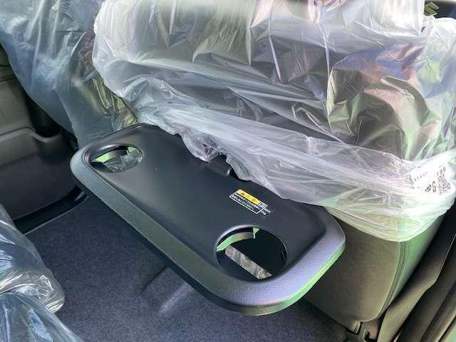 意外と便利な後席格納式テーブル!ドリンクホルダーも2個付いています!
