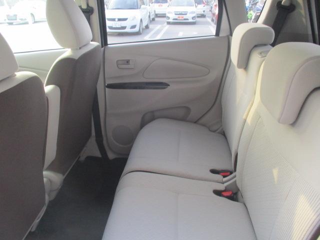 後席も日常使いに問題の無いスペースを確保しております。