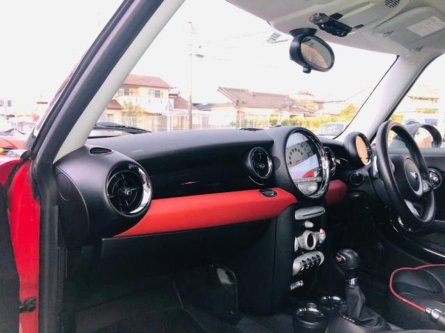 赤いレザーの場所は通常黒色ですが、3万円位のオプションパーツが付いているようです。車体色に合わせておしゃれな室内になっています。