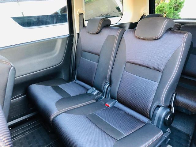 セレナの特徴はシートアレンジの多さ。先程の小さなシートを抜いた状態です。そして助手席側のシートを運転席側に寄せています。3列目を常時使う家族が多い方は常時このほうが便利かもしれません。