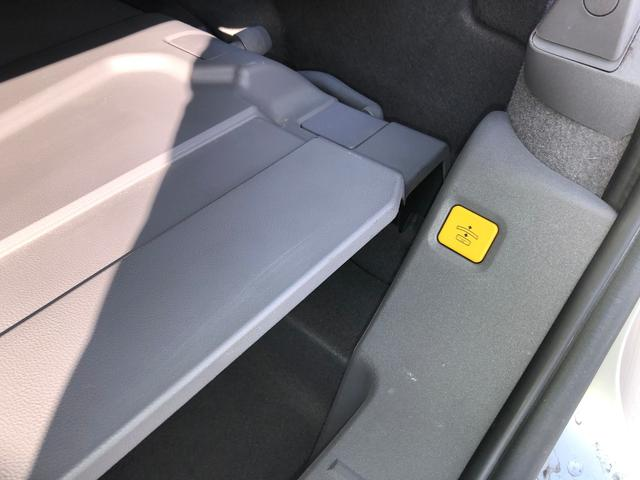 ルーフを畳んだ時に荷物も積みやすくするために、ルーフを少し持ち上げるボタンがあります。
