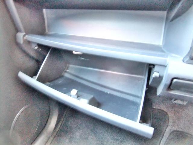 ダッシュボード下収納ボックス。沢山収納できます。