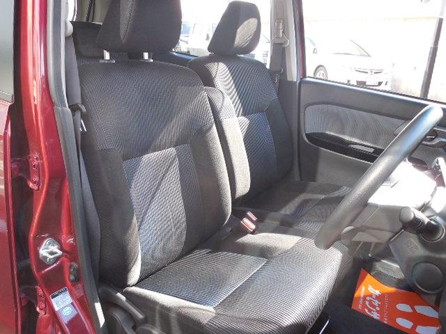 ベンチタイプのフロントシート。肘掛付で運転席はシートリフター付です。