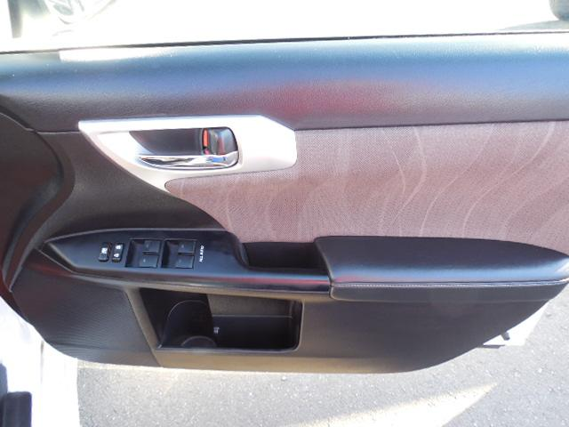 運転席ドア下にドリンクホルダー兼物入れスペースがあります。