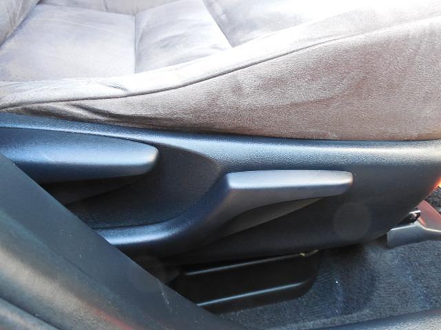 運転席シートリフター付です。最適なドライビングポジションが得られます。