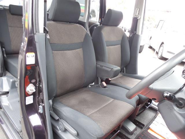 ベンチタイプのフロントシートゆったり座れて寛げます。ホールド性も良いですよ。運転席はシートリフター付です。