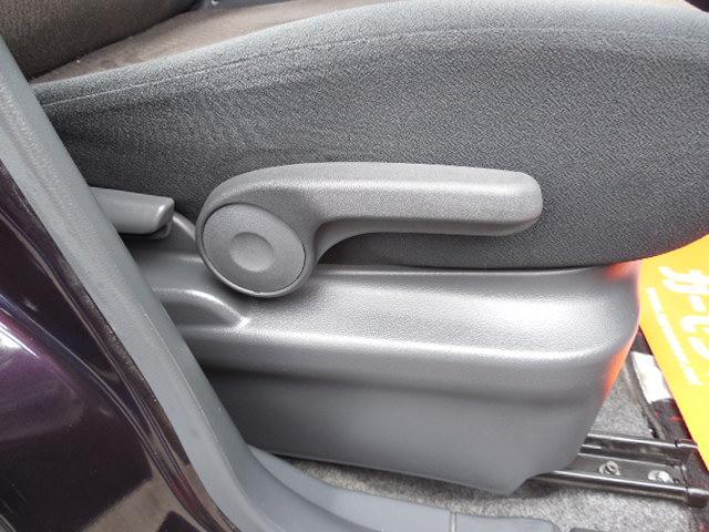 運転席シートリフター付で最適な運転姿勢が得られます。