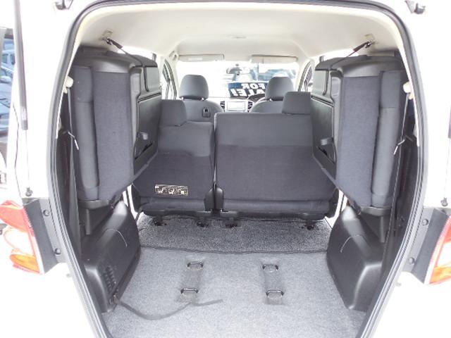 跳ね上げ式のサードシートを格納すれば長く大きな荷物も積み込み可能です。セカンドシートも折りたたみ可能です。