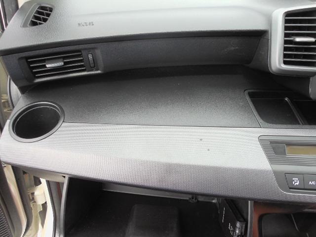 助手席側ダッシュパネルは平らで簡易テーブルにも使用可能。