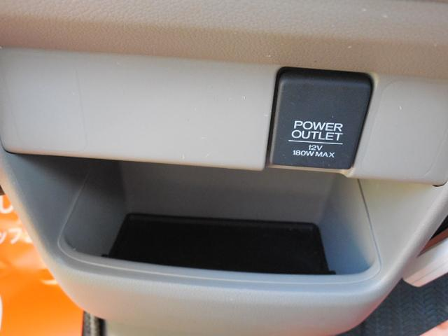 センターパネル足元に便利なソケットと収納スペースがあります。