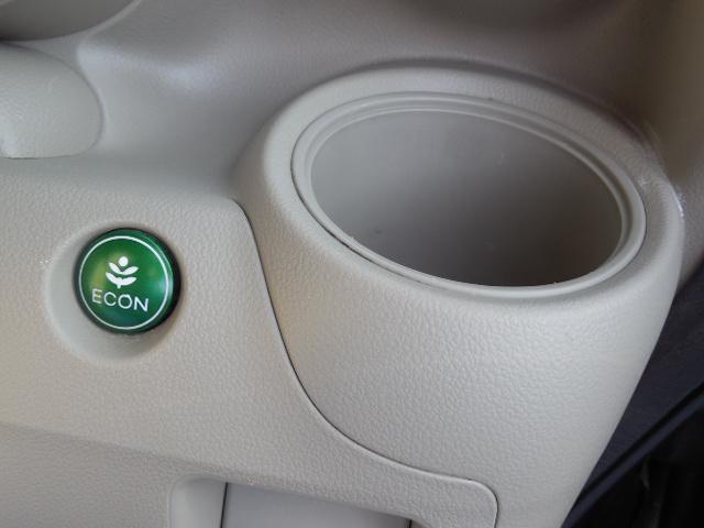 運転席側ドリンクホルダースペースとエコボタン付です。