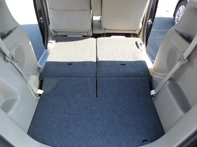 分割式のリアシートを倒せばフラットな空間が生まれます。長く大きな荷物も積み込み可能です。