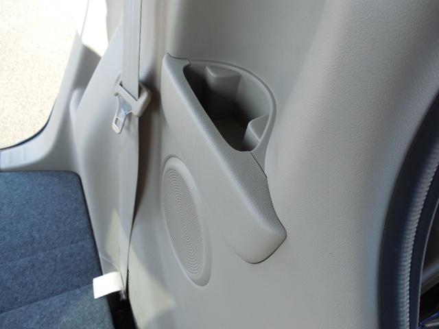リアシート用左右にドリンクホルダー兼物入れスペースがあります。