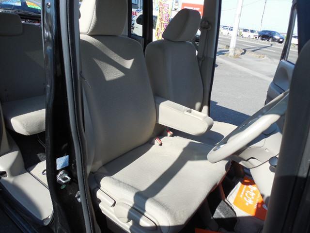 ベンチタイプのフロントシート寛ぎの空間です。センターアームレスト付。運転席はシートリフター付です。