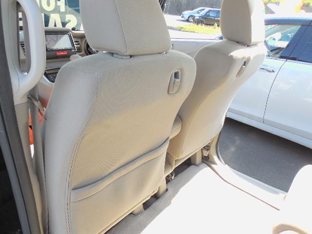 フロントシート後ろにコンビニフックとポケットが付いていて便利です。