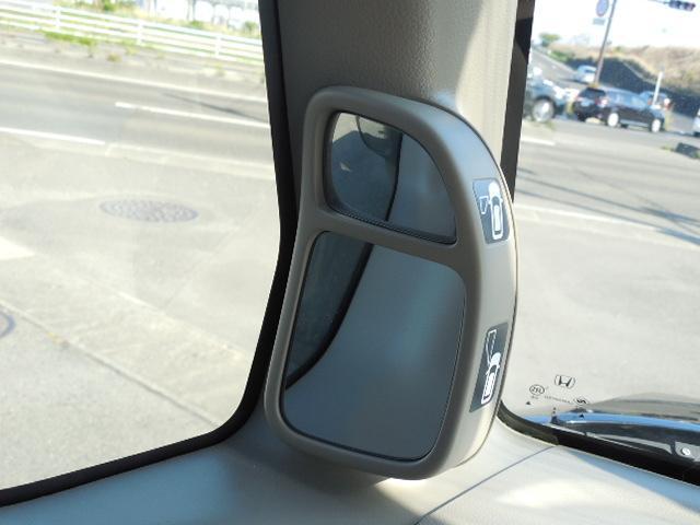 助手席側の死角を軽減する補助ミラーです。