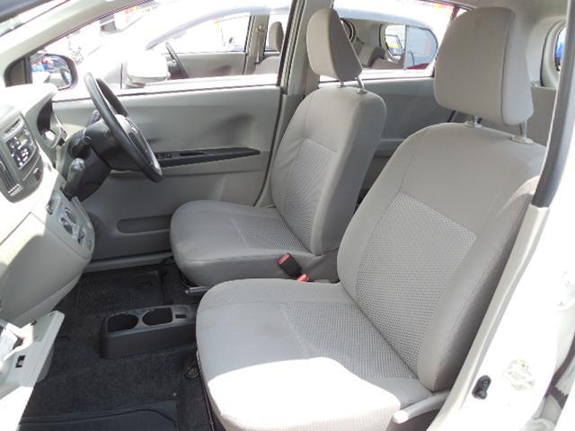 ご覧のようにフロントシートの足元も余裕があり窮屈感は感じられません。