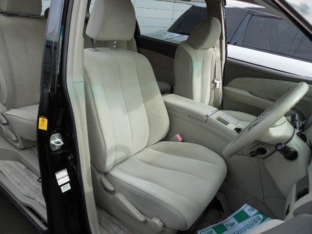 すわり心地の良さそうなフロントシート。ホールド性も良好です。運転席はシートリフター付です。