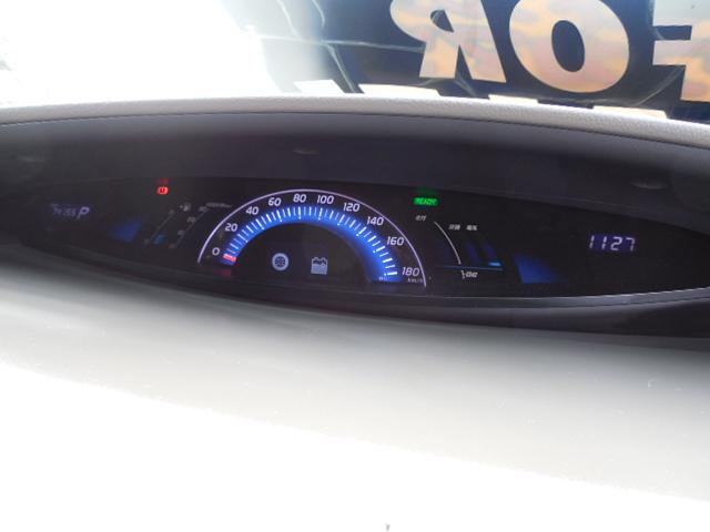 ハイブリッド専用のセンターメーターです。車両インフォメーションディスプレイ装備。