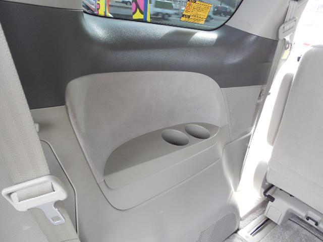 サードシート用左右にドリンクホルダー兼物入れスペース付です。