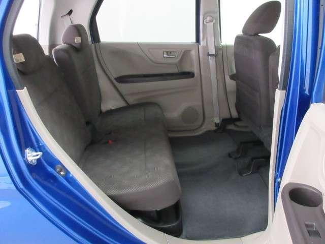 広々リアシートはシートクッションが一体型で、約20cm前後にスライドします。下にはトレイがあり、傘などの収納に便利ですね♪