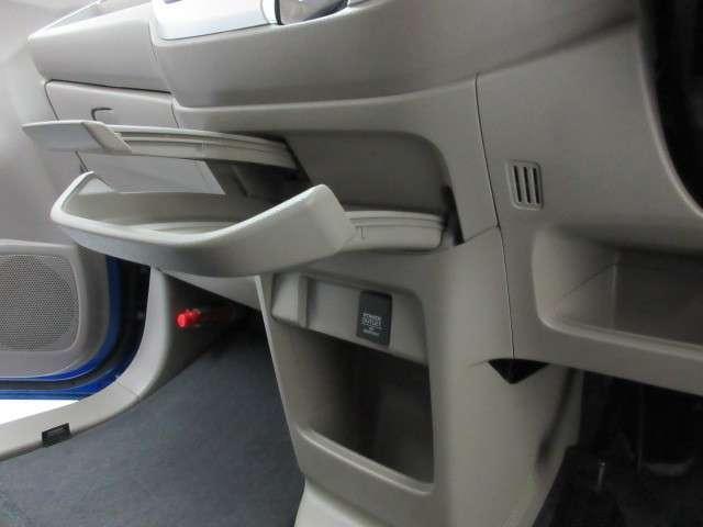助手席前には大きく開口するグローブボックスと小物置き、シフトレバー下には引き出し式の大型トレーとドリンクホルダー!快適に過ごせる装備満載です
