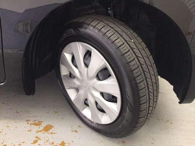 155/65R14のスチールホイールのタイヤが装備されてます