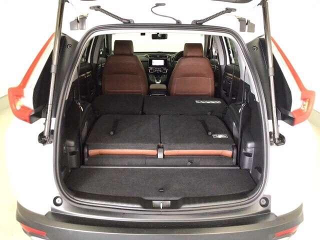 後席シートを2列とも倒したアレンジです。広々荷室に大変身♪長尺物のお荷物やシーズンタイヤも積み易いので便利ですね!