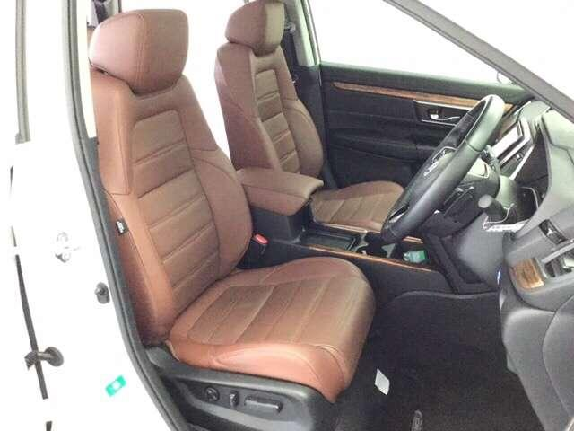 充分な広さを確保した、快適な前席シートはシートヒーター付き!便利なアームレストコンソールも備え、長距離ドライブでも楽々♪運転席には電動でシート高を調整できるアジャスターも付いています♪